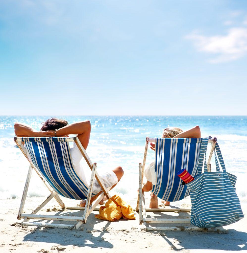 Relax sulle sdraio in spiaggia guardando il mare