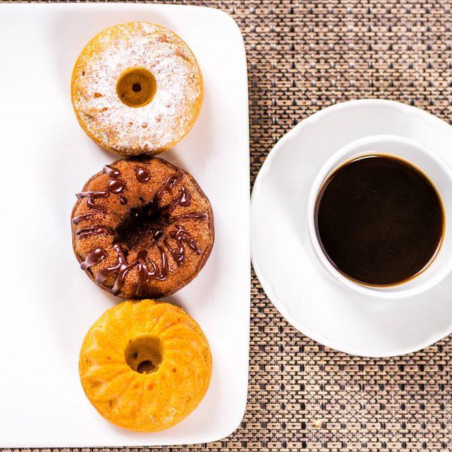Colazione dolce con dolcetti e caffè caldo