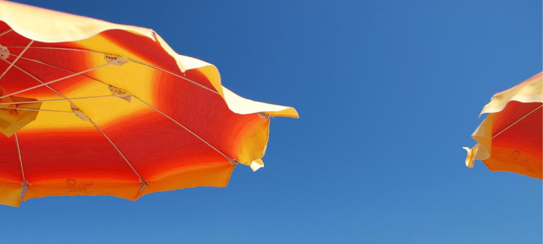 Ombrelloni gialli arancioni e cielo azzurro