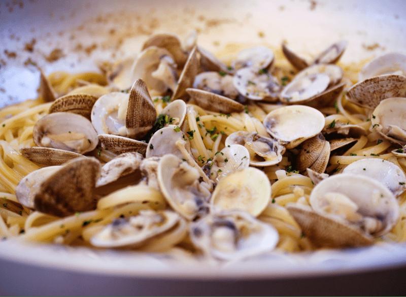 Un primo piatto tipico della costa adriatica: spaghetti con le vongole