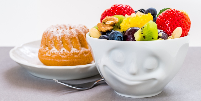 La tazzina sorridente con frutta e dolce per iniziare la giornata all'hotel Renania